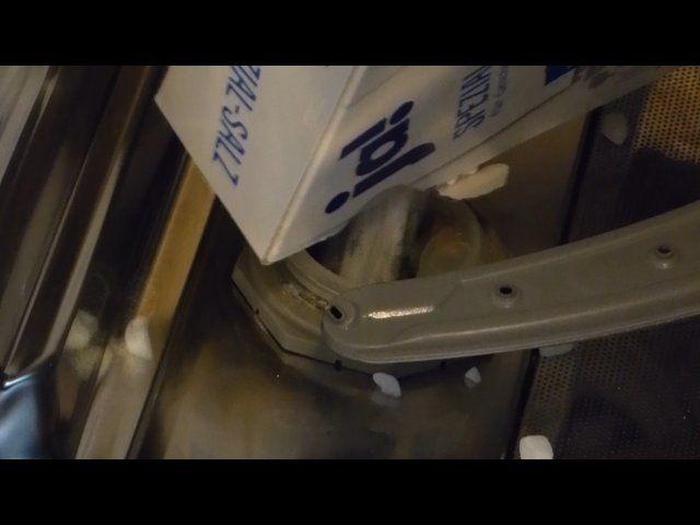 Geschirrspülmaschinen-Salz einfüllen
