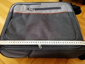Messen eines Handgepäck-Koffers