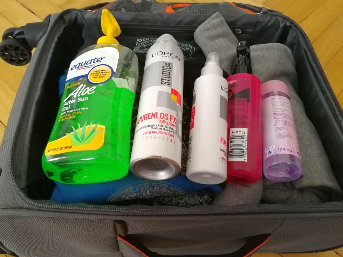 Handgepäck-Koffer mit verschiedenen Flüssigkeiten
