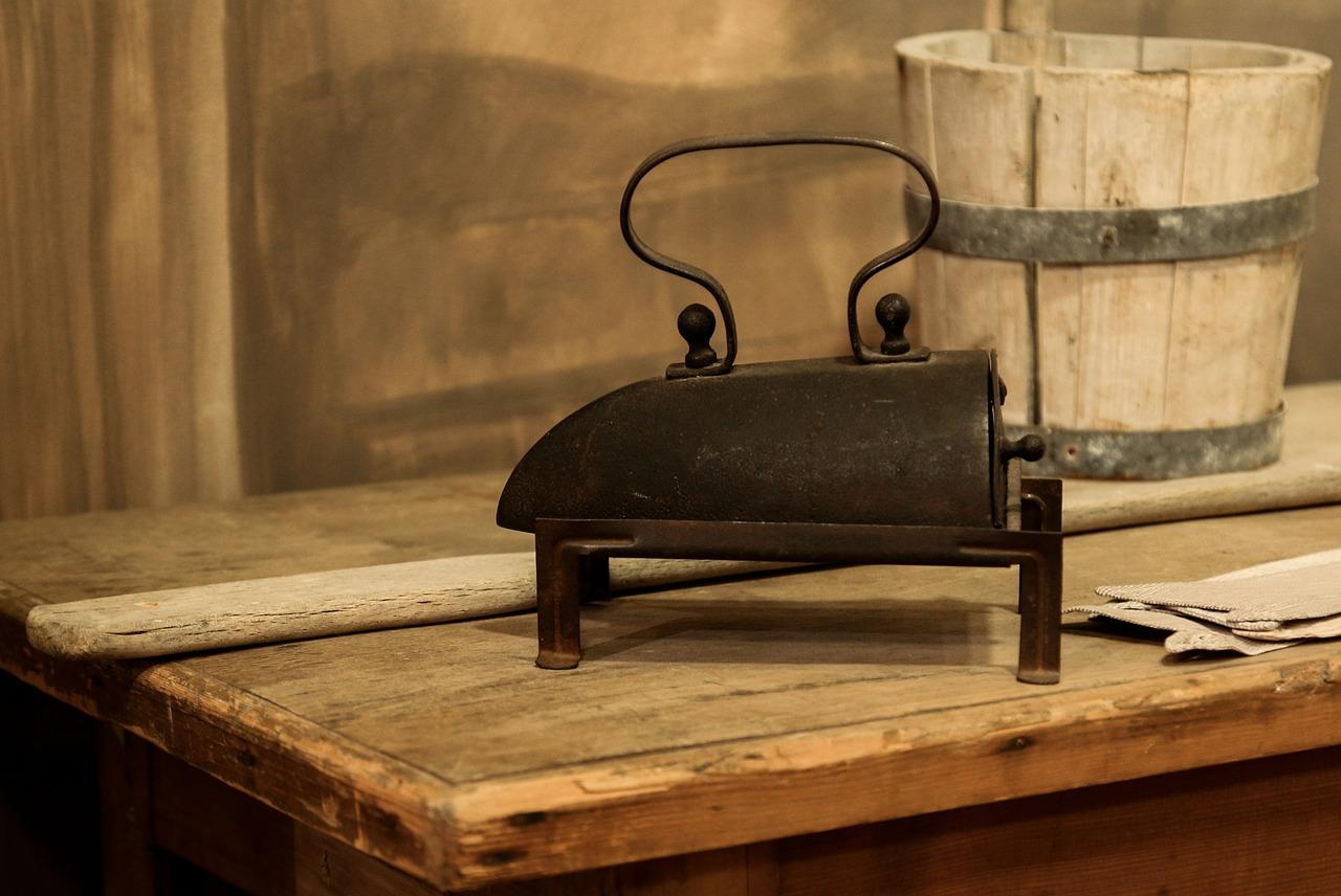 Ein Bügeleisen aus dem 19. Jahrhundert in der alten Stube