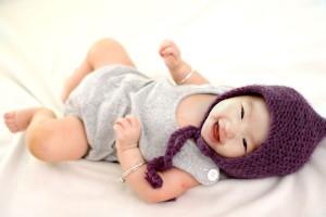 Lachendes Baby im Babybett