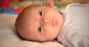 Baby liegt und schaut