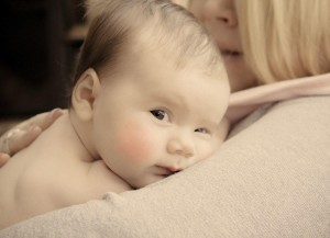 Mutter trägt das Baby im Arm