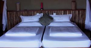 Bett mit Nackenstützkissen