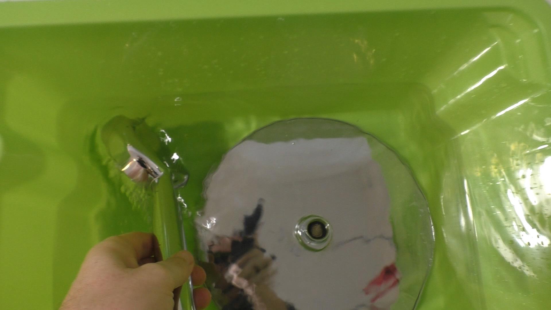 Duschköpfe in Essig-Wassermischung legen