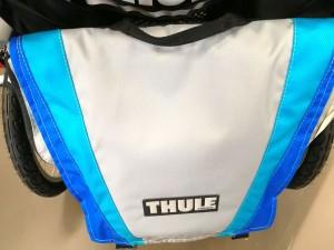 Einkaufstasche an einem Anhänger von Thule