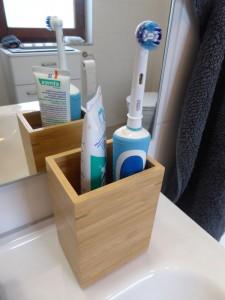 Elektrische Zahnbürste im Bad