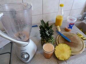 Zubereitung des Früchte-Smoothie im Standmixer