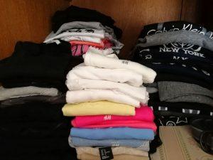 gebügelte Klamotten im Schrank