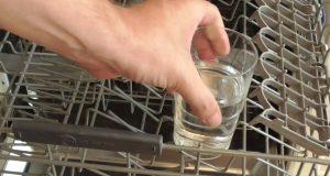 Glas mit Essig in Gläser Ablage der Spülmaschine