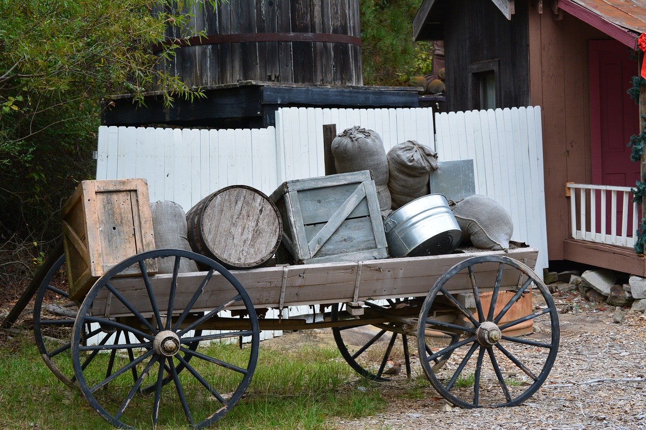 Historischer Planwagen mit Gepäckstücken unserer Vorfahren