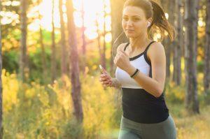 Läuferin im Wald