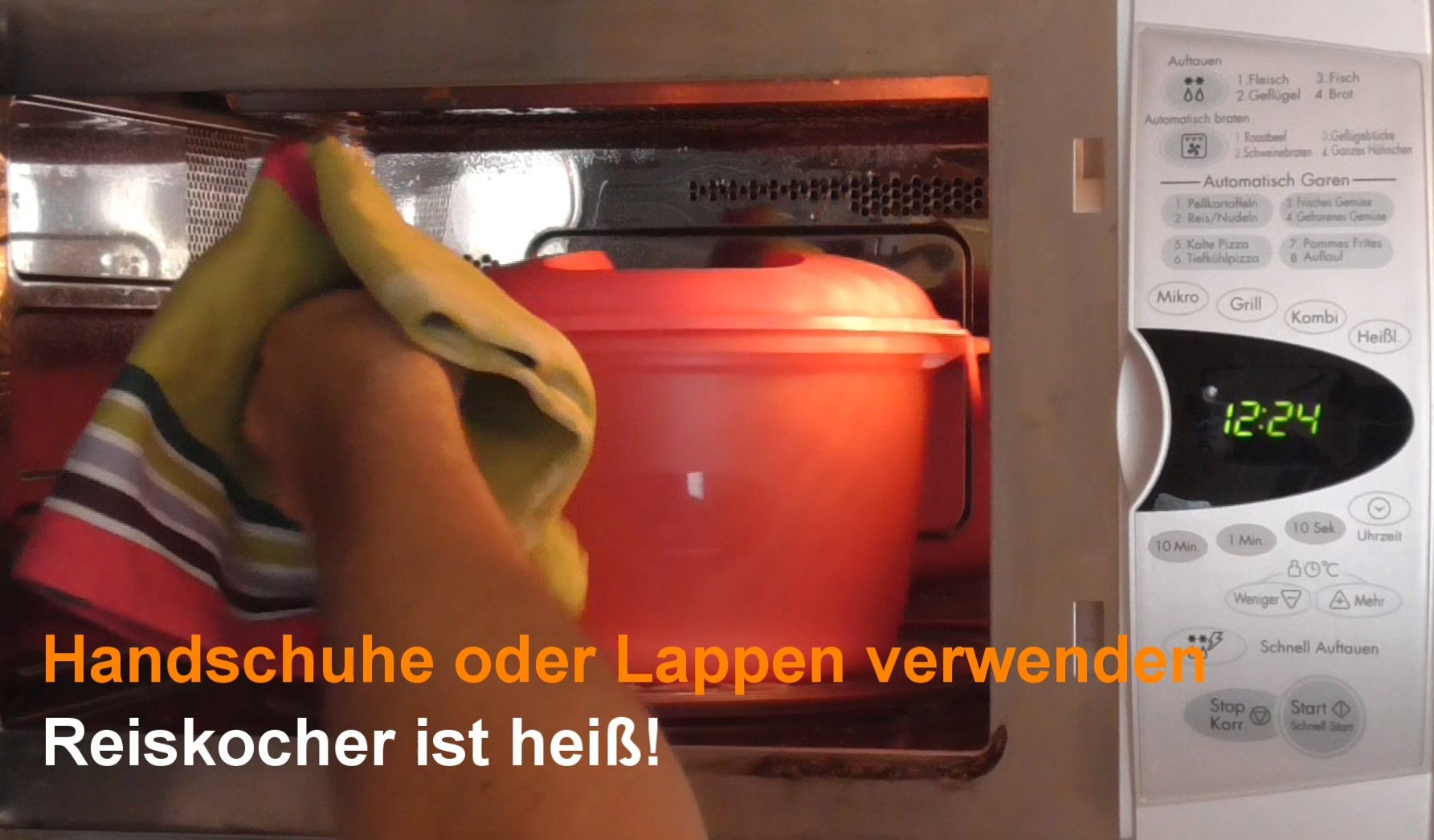 Reiskocher aus der Mikrowelle nehmen