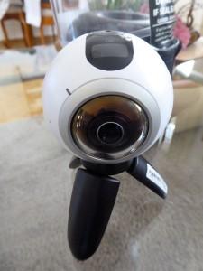 Die Gear 360 mit dem Mini-Tripod