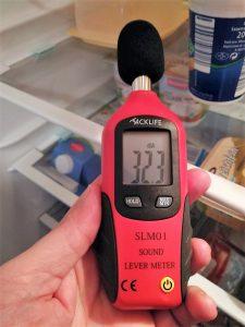 Schallpegelmessgerät am Kühlschrank