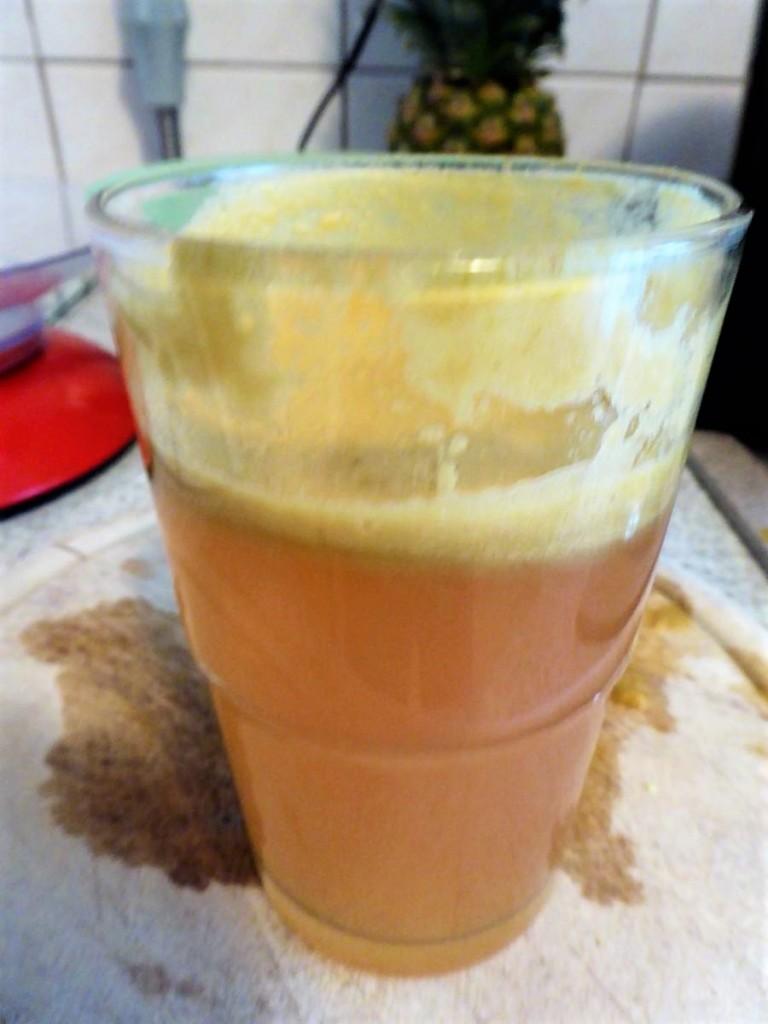 Apfelsaft im Glas selber entsaftet
