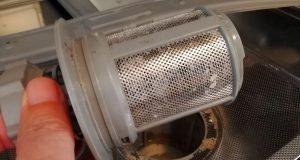 Sieb der Spülmaschine herausgedreht