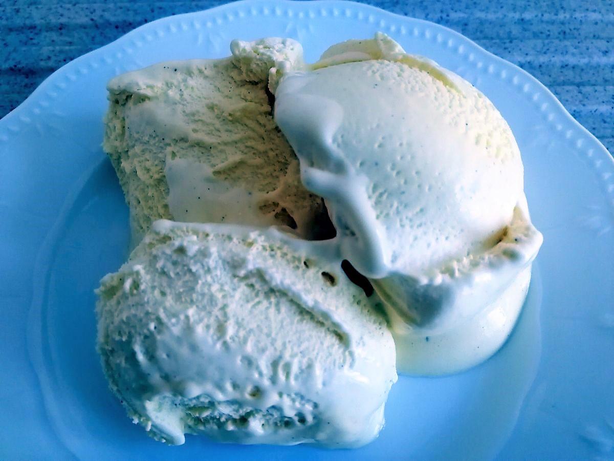 Vanilleeis auf Teller
